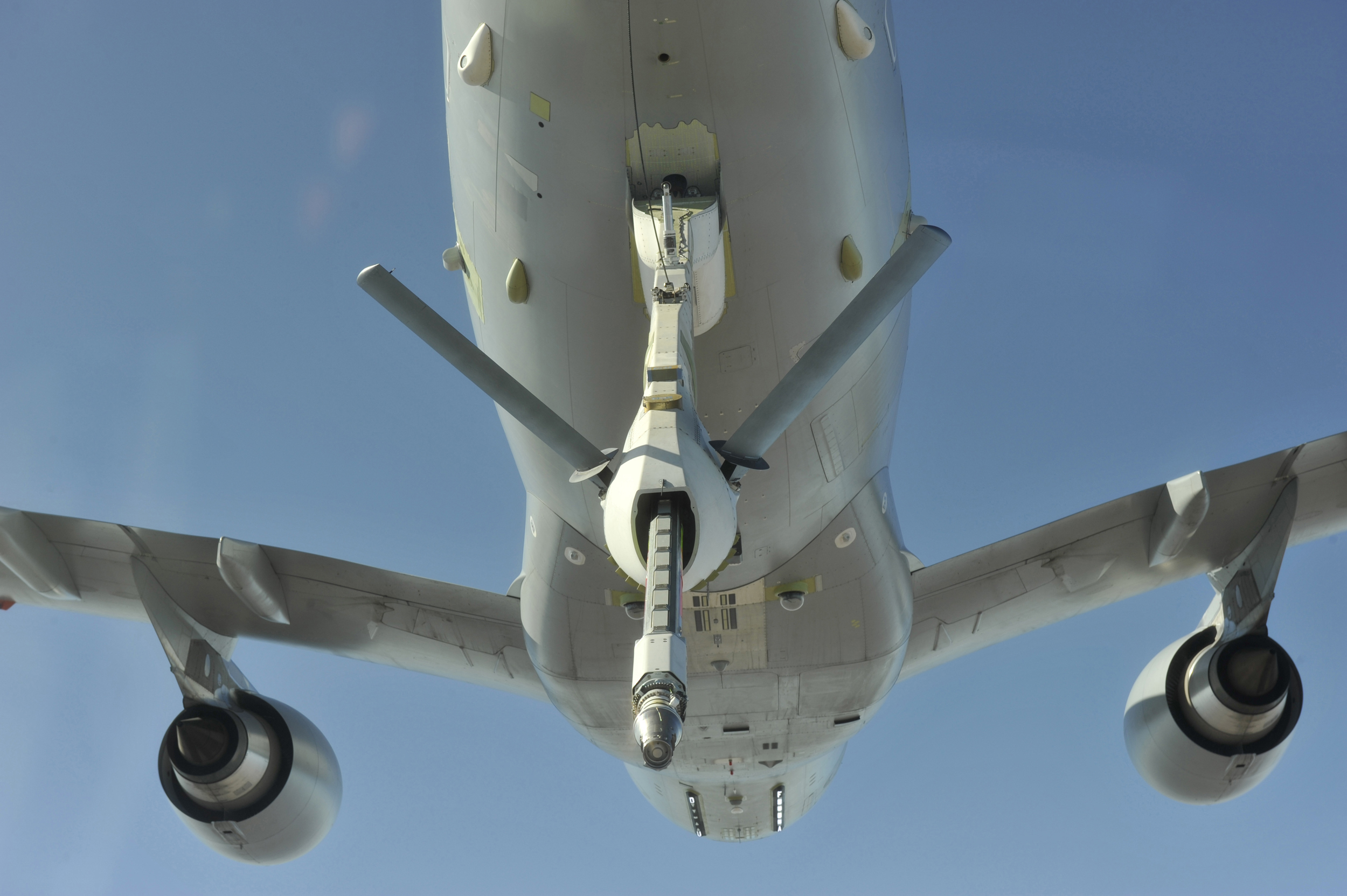 http://www.aeroplans.fr/images/aeroplans/a330_mrtt/sursaut_politique/005-aerial-refuelling-boom-system-arbs-on-raaf-a330-mrtt-kc-30ahr.jpg