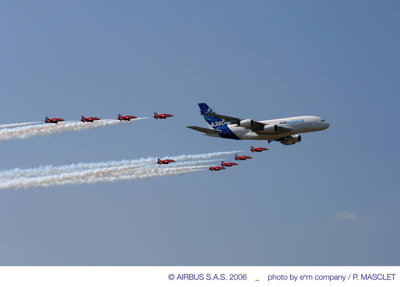 Aeroplans - The A380 makes a Farnborough Air Show fly-by with the Red Arrows, the British Royal Air Force aerobatic team (21 July 2006) © Airbus SAS