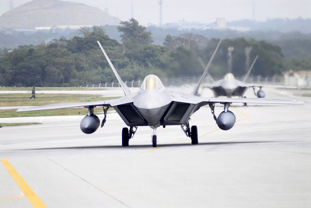 Aeroplans - Two F-22 Raptors from Langley Air Force Base, Va., land at Kadena Air Base, Okinawa, Japan on Sunday, 18 Feb 07