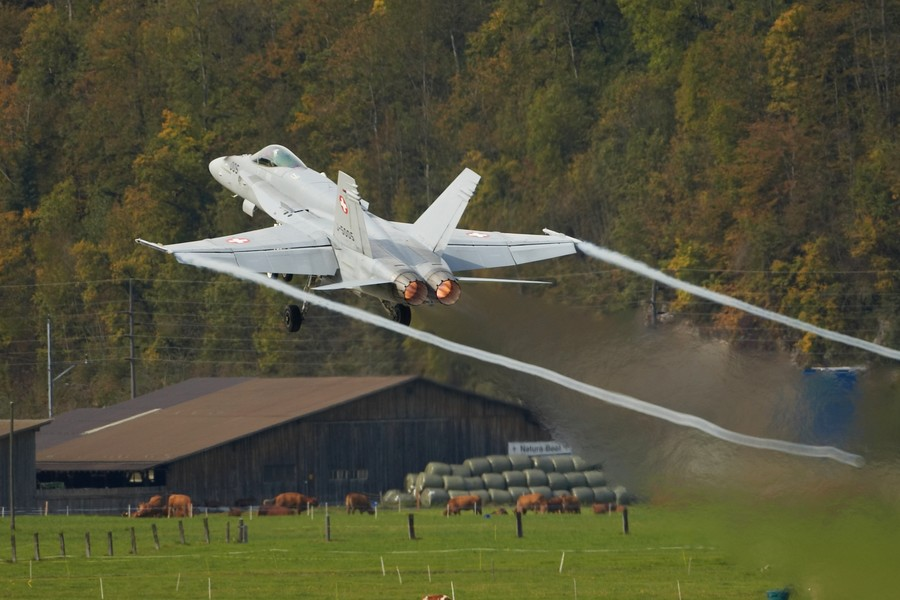 Aeroplans - F-18 Hornet taking off from Meiringen airbase