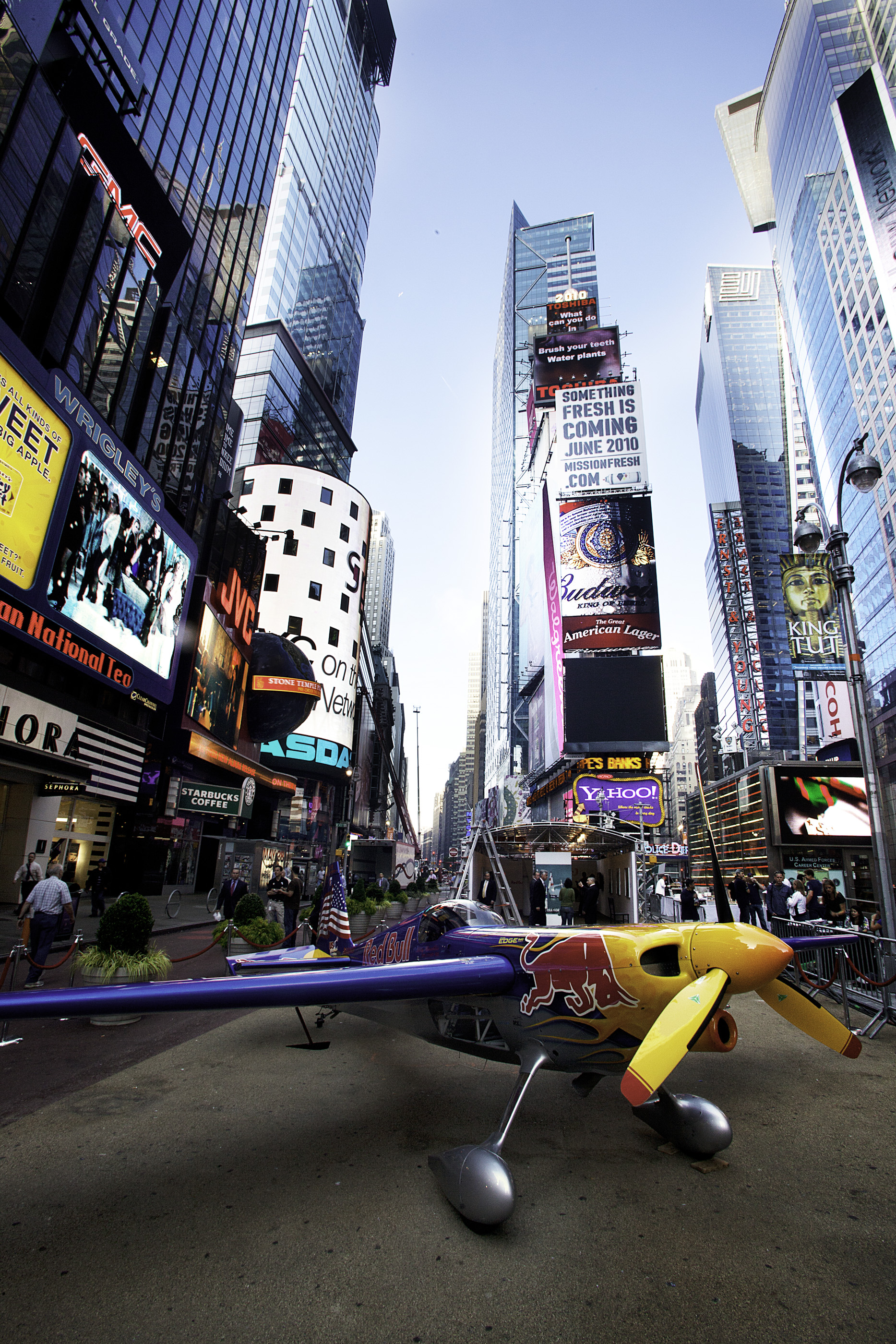 Un avion Red Bull Air Race en plein coeur de New York à Time Square - 25 05 2010 (crédits : Getty Images pour Red Bull Air Race)