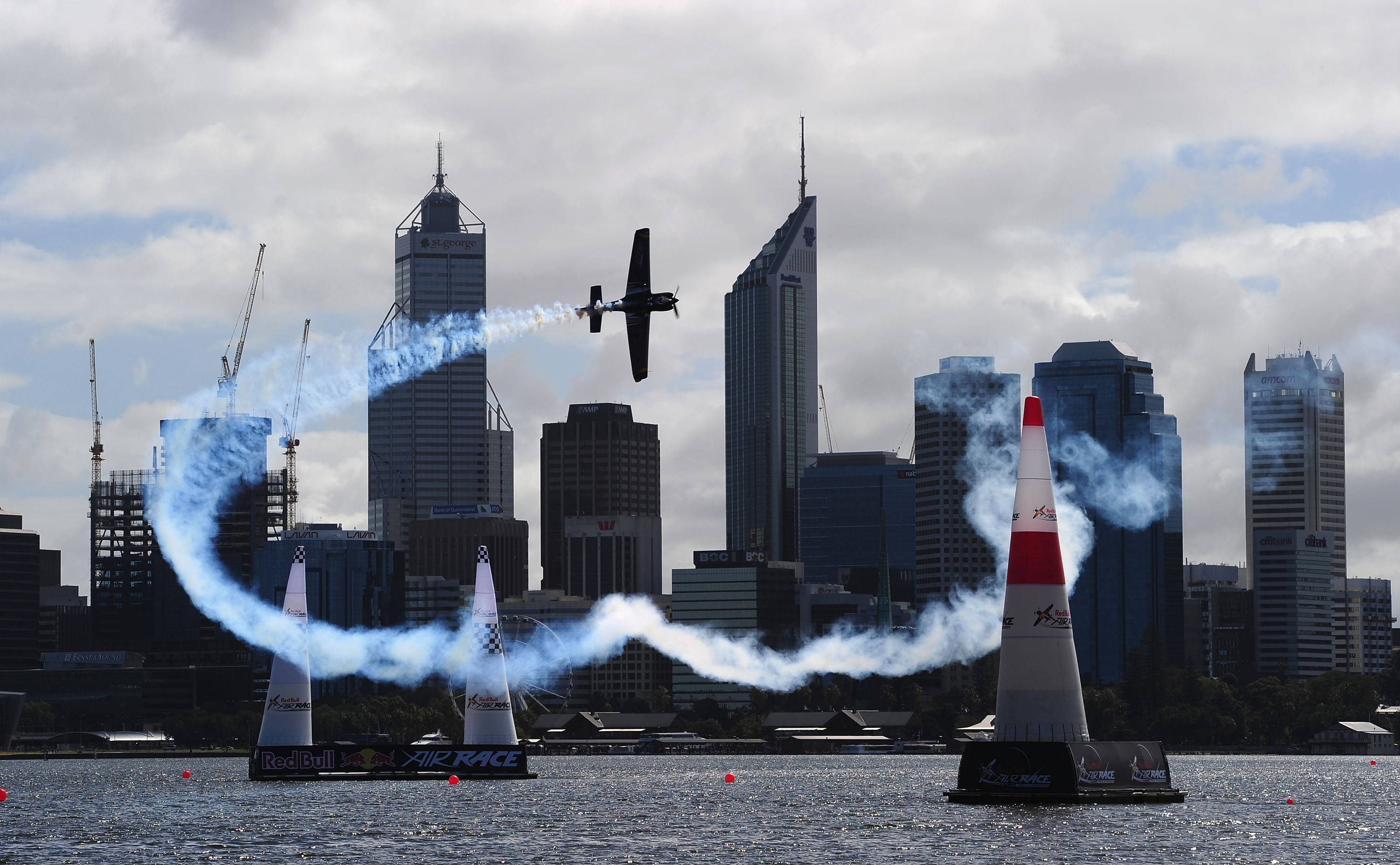 Aeroplans - L'Espagnol Alejandro Maclean en action lors du premier entrainement Red Bull Air Race jeudi 15 avril à Perth, Australie (Mike Hewitt / Getty Images for Red Bull Air Race)