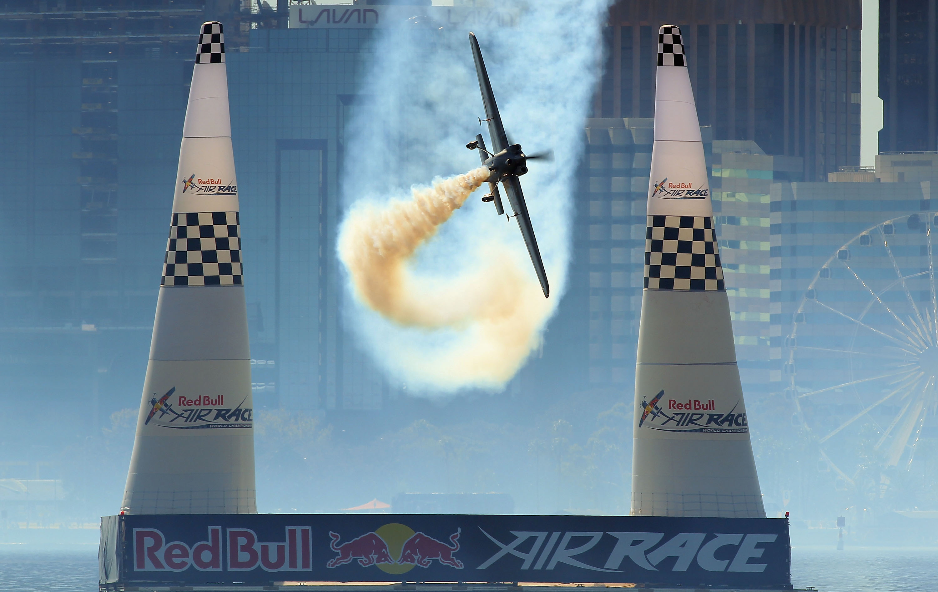 Aeroplans - Hannes Arch of Austria in action during the Red Bull Air Race Day on April 18, 2010 in Perth, Australia © Paul Kane / Getty Images for Red Bull Air Race