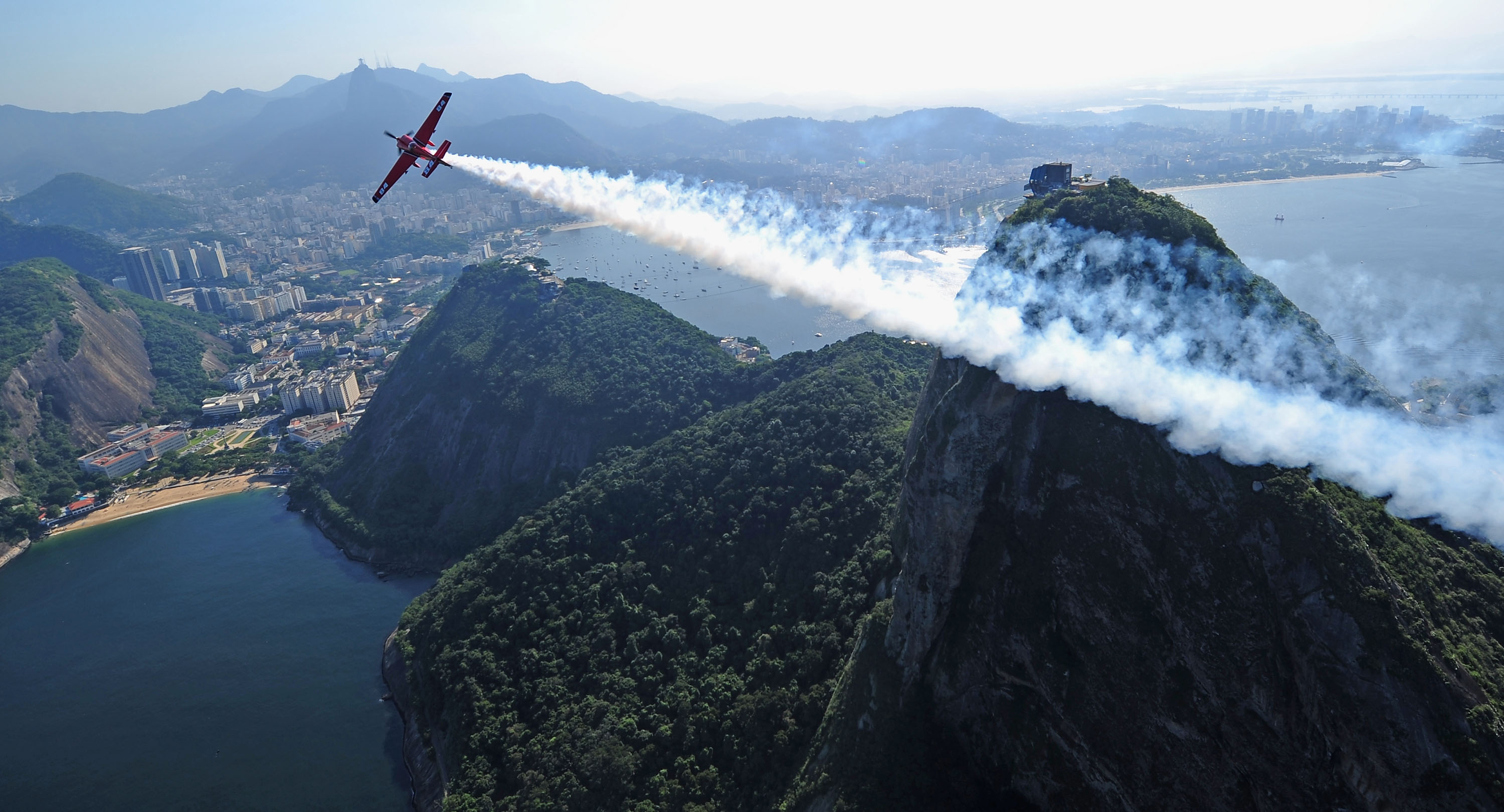 Aeroplans - Pete McLeod of Canada in action over Sugar Loaf Mountain during the Red Bull Air Race Day -4 at on May 5, 2010 in Rio de Janeiro, Brazil © Mike Hewitt / Getty Images for Red Bull Air Race